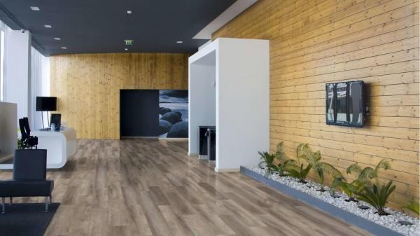 09-design-vinyl-eiche-himmelwand-breite-vinylplanken-wohnraum-landhaus-unregelmaessiger-verband